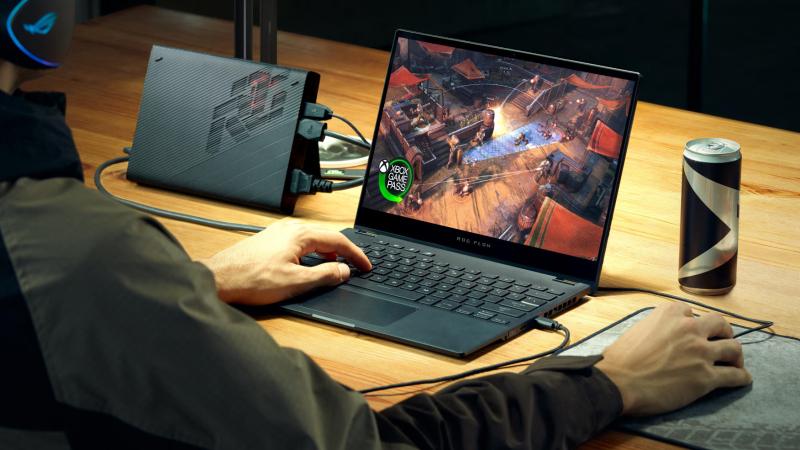 L'ordinateur portable de gaming convertible ROG Flow X13 et le processeur graphique externe XG Mobile transforment votre jeu